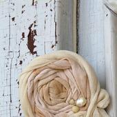 Брошь текстильная «Старый сад. Белый шиповник»