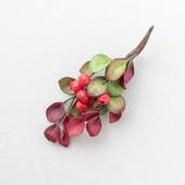 Брошь с мелкими листьями и ягодками из фоамирана