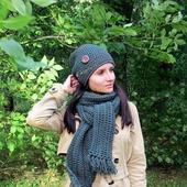 Вязаная шапка и длинный шарф на осень