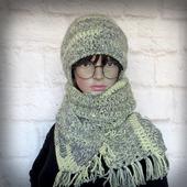Вязаная шапка и длинный шарф на зиму