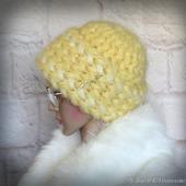 Вязаная женская шапка на зиму желтая