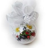 Шарик с ромашками и ягодой из полимерной глины