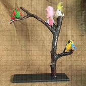 Подставка из дерева с вязаными попугайчиками