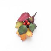 Брошь с осенними листьями и ягодами из фоамирана