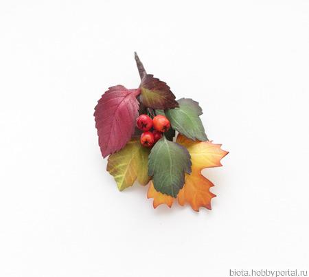 Брошь с осенними листьями и ягодами из фоамирана ручной работы на заказ