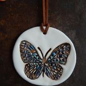 """Керамический кулон """"Бабочка на белом"""""""