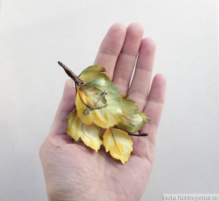 Брошь осенние листья и синие ягоды, бежевый хаки ручной работы на заказ