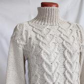 Вязаный свитер с сердечками