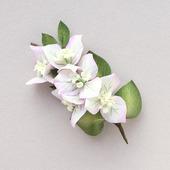 Брошь светлая ветка с белыми цветами бугенвиллеи