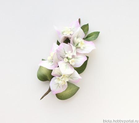 Брошь светлая ветка с белыми цветами бугенвиллеи ручной работы на заказ