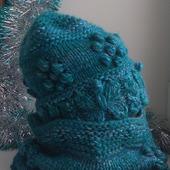Вязаная шапка и снуд-кольцо с цветочками
