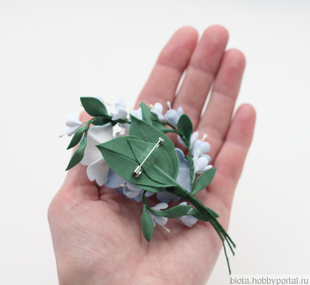 Брошь с голубыми цветами, букетик светлых цветов из фоамирана ручной работы на заказ