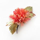 Хризантема алая из шелка. Брошь шелковый цветок