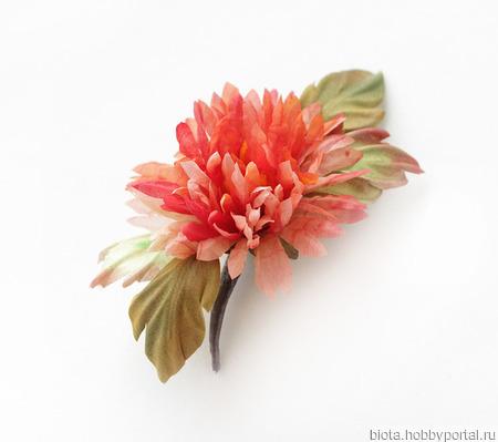 Хризантема алая из шелка. Брошь шелковый цветок ручной работы на заказ