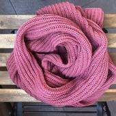 Вязаный шарф темно розовый