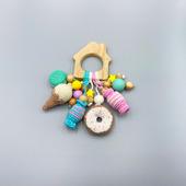 Прорезыватель-домик с вязаными сладостями