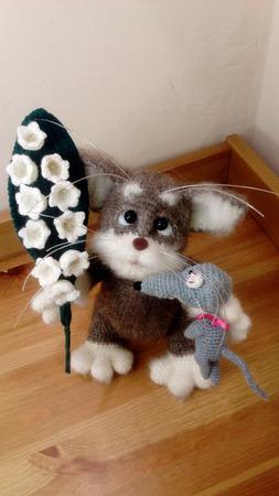 Котик с мышом и ландышами ручной работы на заказ