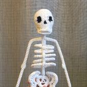 Вязаная мягкая игрушка «Скелет прямостоячий»