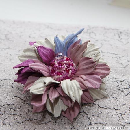 Цветочная брошь из кожи ручной работы на заказ