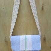 Тканая сумка через плечо белого и голубого цвета, украшенная яркой тонкой полоской зеленого    цвета
